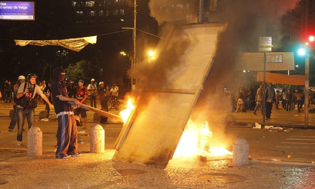 Manifestantes ateiam fogo em objetos na noite desta terça Foto: Marcelo Carnaval / Agência O Globo