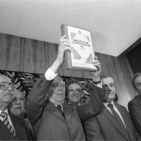 Ulysses Guimarães mostra o segundo projeto da Constituição para ser votado no segundo turno Foto: Arquivo O Globo / Gustavo Miranda 05-07-1988