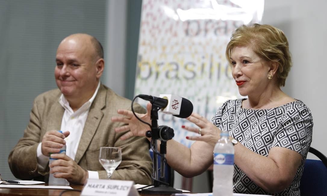 A ministra Marta Suplicy fala em coletiva ao lado do presidente da Biblioteca Nacional Renato Lessa Foto: Agência O Globo