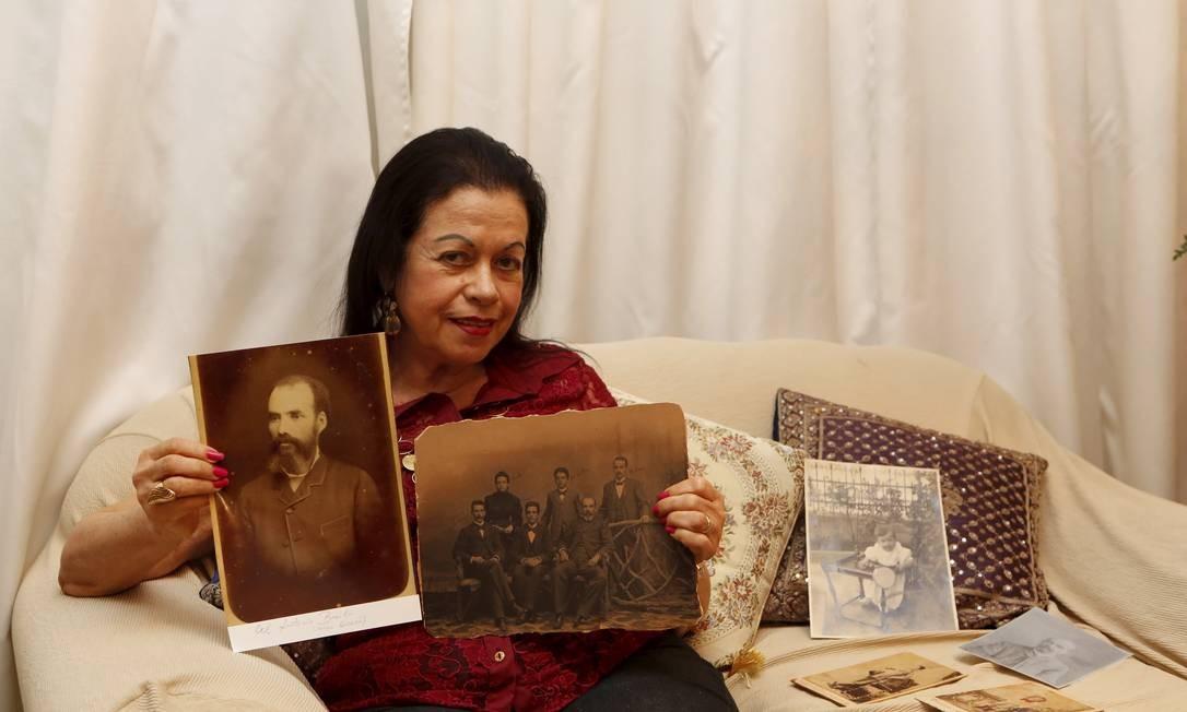 Sônia Basílio, bisneta de Antônio Basílio, mostra o álbum de família Foto: Hudson Pontes / Agência O Globo