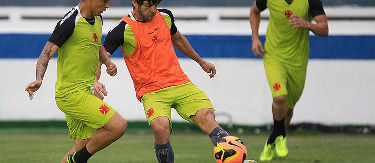 Marcado por Yotún, Juninho chuta a bola no treino do Vasco Foto: Divulgação / Vasco