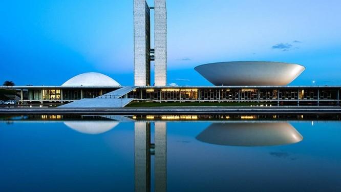O Congresso Nacional, um dos projetos de Niemeyer clicado, no fim do dia, pelo fotógrafo americano Foto: ANDREW PROKOS