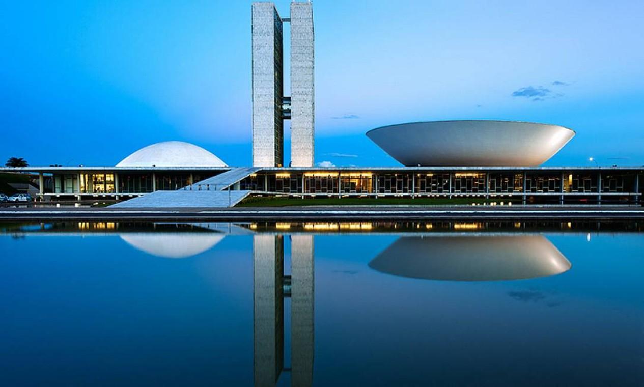 Congresso Nacional, com suas duas cúpulas - a da Câmara dos Deputados e a do Senado Federal - fotografado com a luz do fim do dia Foto: ANDREW PROKOS