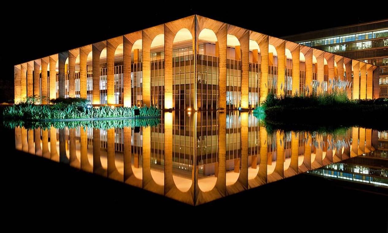 Palácio do Itamaraty: sede do Ministério das Relações Exteriores do Brasil, é também conhecido como Palácio dos Arcos - arcos que, na foto, aparecem em duplicidade, refletidos na água Foto: ANDREW PROKOS