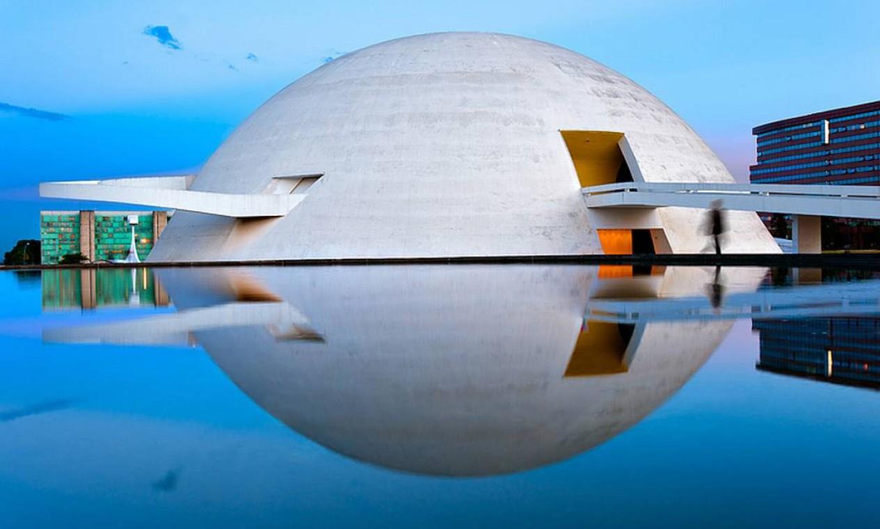 """Museu Nacional de Brasília. Localizado na Esplanada dos Ministérios, a cúpula arredondada evidencia o gosto de Niemeyer pelas curvas. A obra foi inaugurada em 15 de Dezembro de 2006, dia do seu aniversário de 99 anos de idade, com a exposição """"Niemeyer & Niemeyer e Brasília – Patrimônio da Humanidade"""" Foto: ANDREW PROKOS"""
