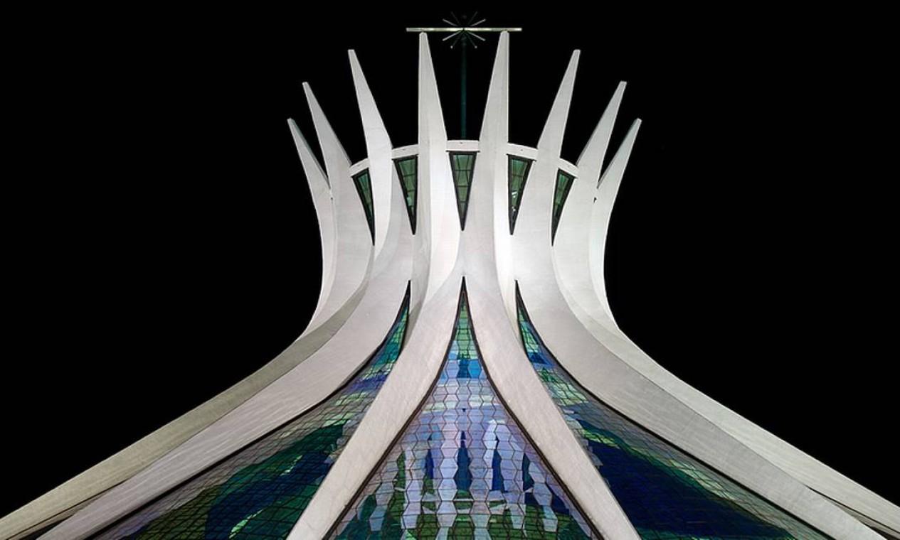 Catedral Metropolitana. Foi o primeiro monumento criado na capital federal e tem 16 colunas de concreto com este design diferenciado. Os vitrais transparentes permitem a entrada da luz natural Foto: ANDREW PROKOS