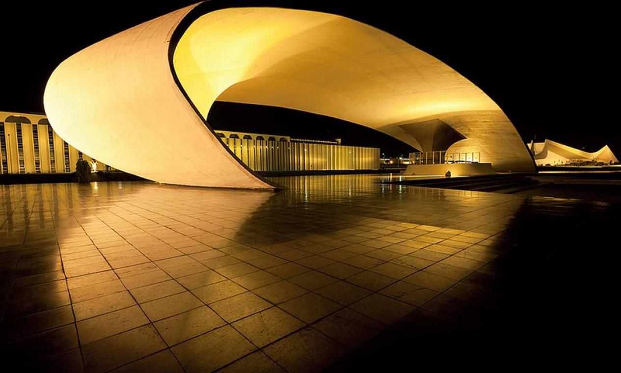 Praça Duque de Caxias. Nada de linhas retas, só os traços sinuosos tão marcantes na obra de Oscar Niemeyer Foto: ANDREW PROKOS