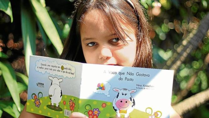 Escritora. Nina Krivochein posa com seu primeiro livro, que já foi adotado como material didático por quatro escolas<252> Foto: Freelancer / Pedro Teixeira