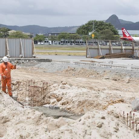 Funcionários trabalham em obra no terminal Foto: O Globo / Daniela Dacorso