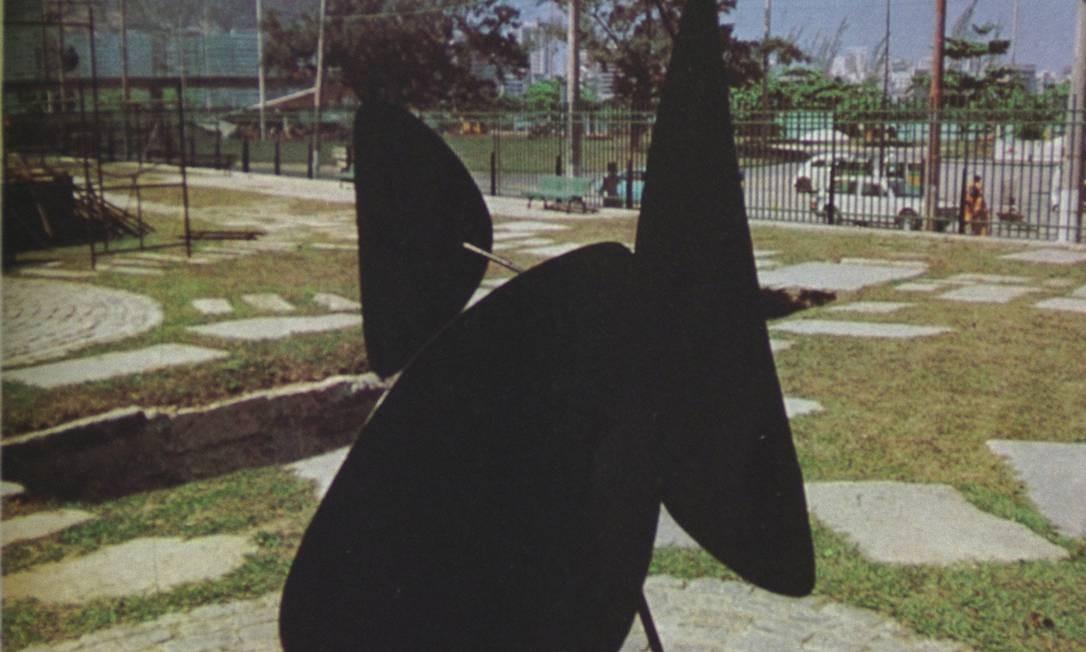 O stábile de Alexander Calder no Parque da Catacumba: essa escultura e um móbile do artista, autor da peça mais cara da ArtRio este ano, estão desaparecidos desde os anos 80 Foto: Foto: Arquivo/Michel Filho