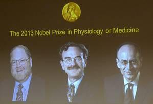 Os americanos James E. Rothman e Randy W Schekman e o alemão Thomas C. Suedhof são os vencedores do Nobel de Medicina de 2013 Foto: JONATHAN NACKSTRAND / AFP