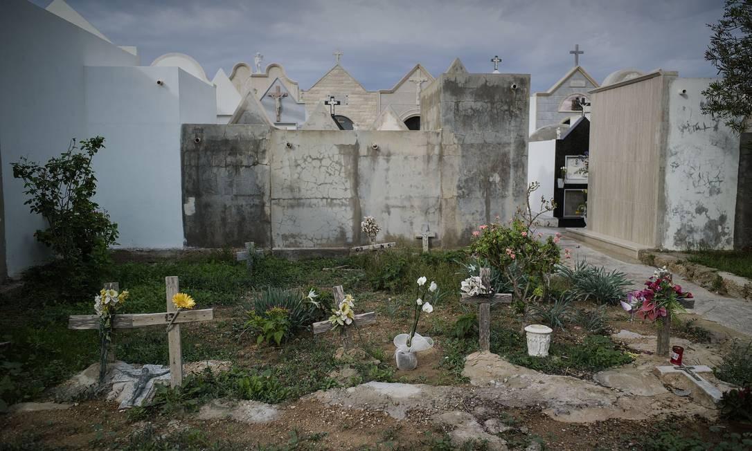 Tumbas de imigrantes não identificados no cemitério de Lampedusa Foto: ROBERTO SALOMONE / AFP