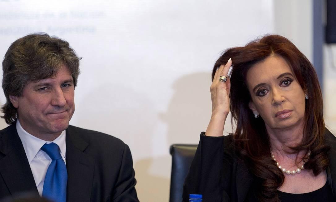 Presidente da Argentina, Cristina Kirchner, ao lado do vice, Amado Boudou, antes do anúncio de um projeto de lei para nacionalizar a companhia petrolífera YPF Foto: Natacha Pisarenko / AP
