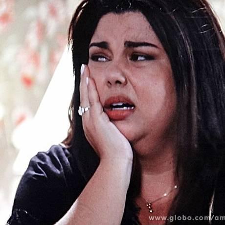 Em 'Amor à vida', Perséfone (Fabiana Karla) expulsa Leila (Fernanda Machado) de sua casa Foto: Reprodução