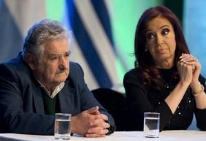 José Mujica e Cristina Kirchner em cerimônia de lançamento de linha de catamarãs entre o Uruguai e a Argentina Foto: Natacha Pisarenko / AP