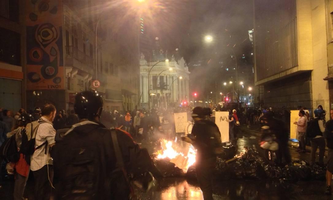 Manifestantes incendeiam sacos de lixo no Centro Foto: Pedro Dória