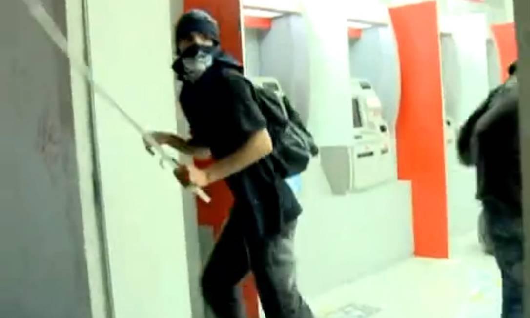 Em São Paulo, Mascarado usa barra de ferro para depredar agência bancária Foto: Globonews / Reprodução