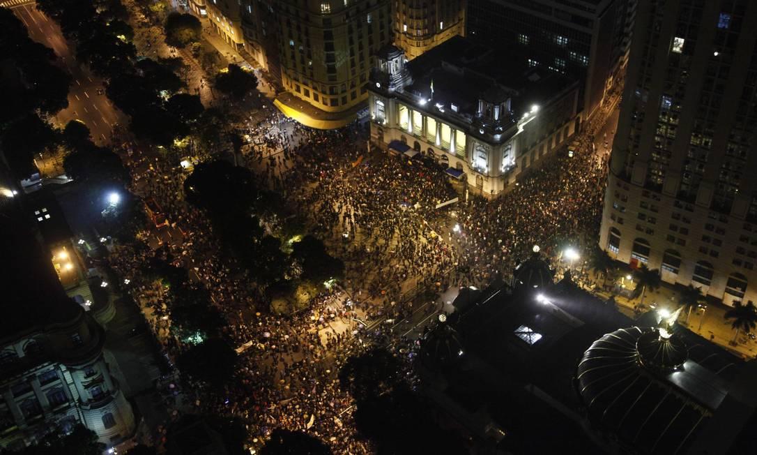 Ruas no entorno da Cinelândia lotadas de manifestantes Foto: Pablo Jacob / Agência O Globo
