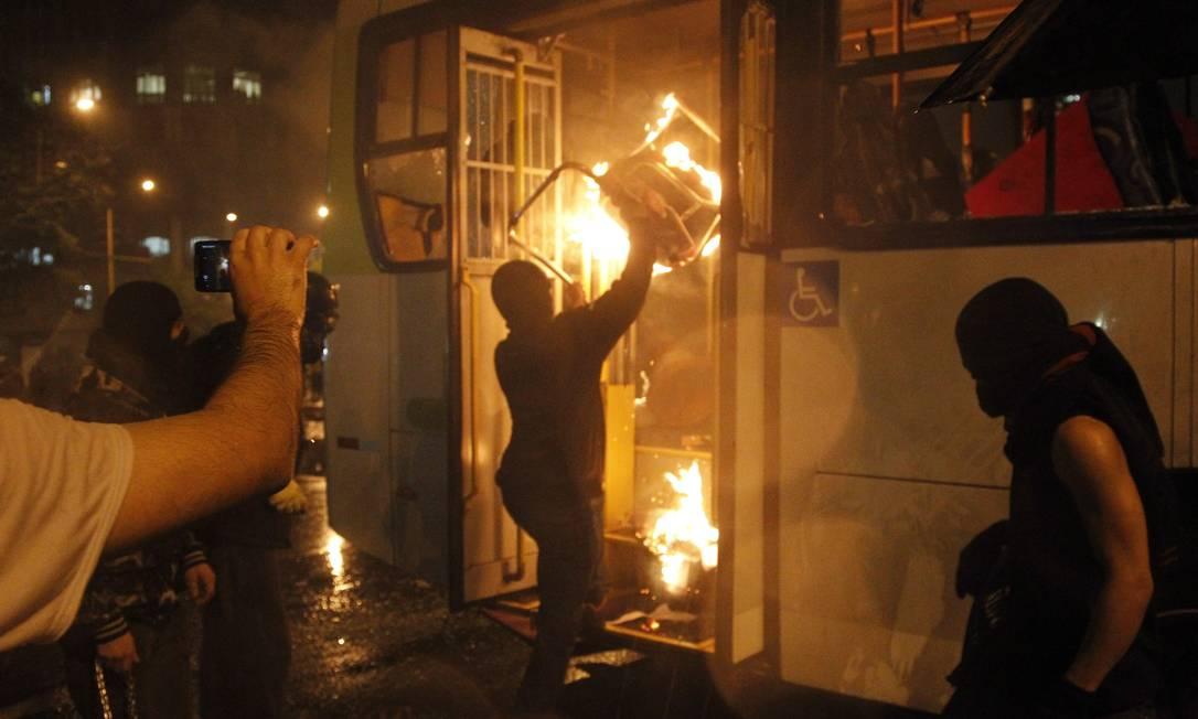Manifestante queima ônibus na Avenida Rio Branco Foto: Marcelo Carnaval / Agência O Globo
