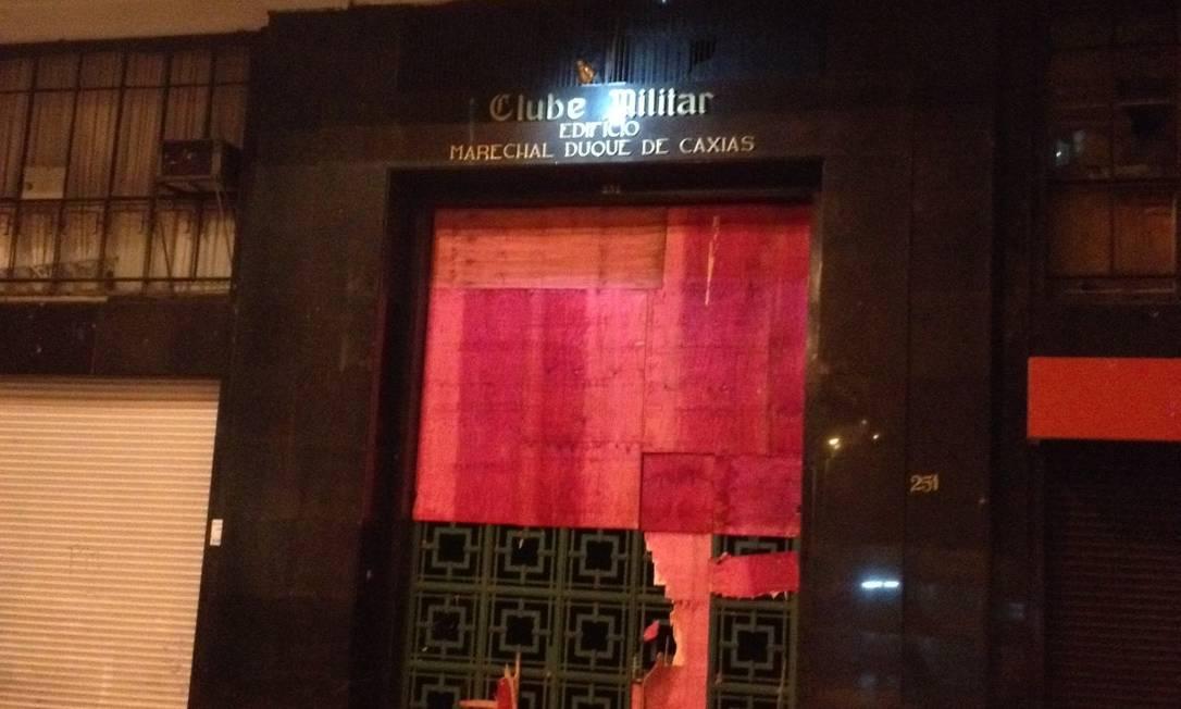 Tapume que protegiam a porta do Clube Militar foi quebrado Foto: Gustavo Goulart