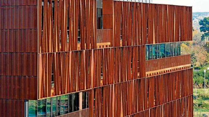A sede do Atelier Arcau, na França, batizada de Steelband, tem cor de ferrugem devido ao uso de um aço misturado ao cobre Foto: Divulgação