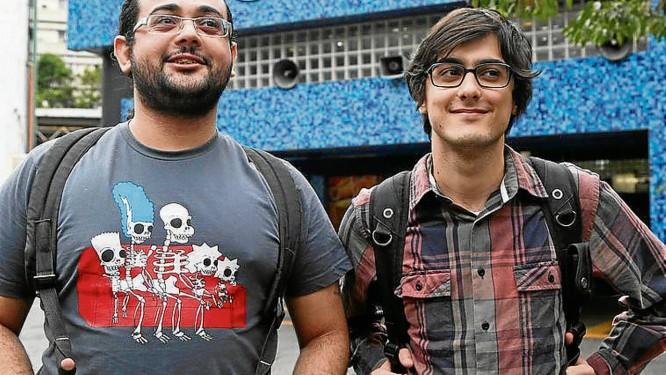Os jovens Rodrigo (de barba) e Pedro na frente da estação Arcoverde - Foto: Ana Branco / Agência O Globo
