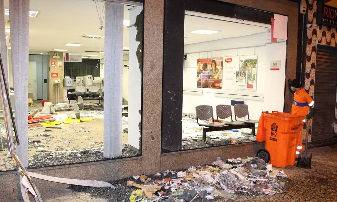 Agência do Banco Santander na Avenida Rio Branco teve vidros quebrados e caixas eletrônicos destruídos Foto: Fernando Quevedo / Agência O Globo