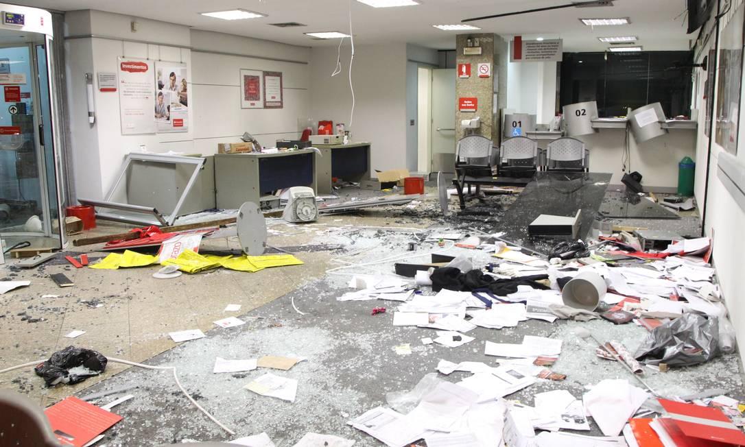 Marcas da destruição deixadas pelos vândalos na agência do Santander Foto: Fernando Quevedo / Agência O Globo