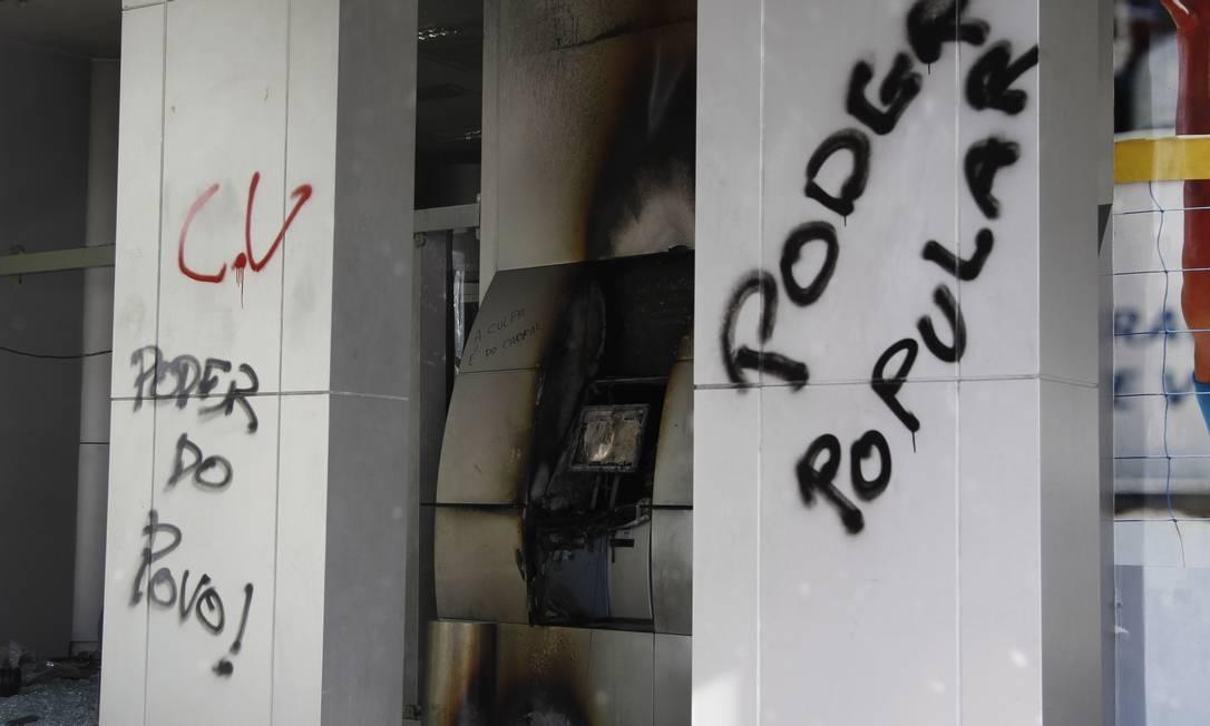 Agência bancária pichada e com caixa eletrônico incendiado Foto: Márcia Foletto / Agência O Globo