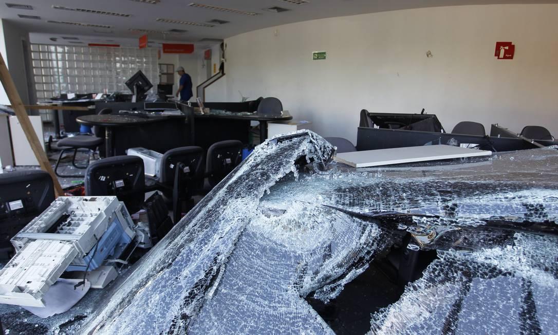 Loja da Nextel na Rio Branco totalmente depredada Foto: Márcia Foletto / Agência O Globo