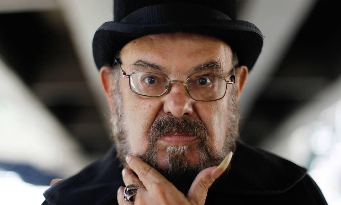 José Mojica, o Zé do Caixão, 'ataca de DJ' na Modinha Foto: Marcos Alves / Agência O Globo