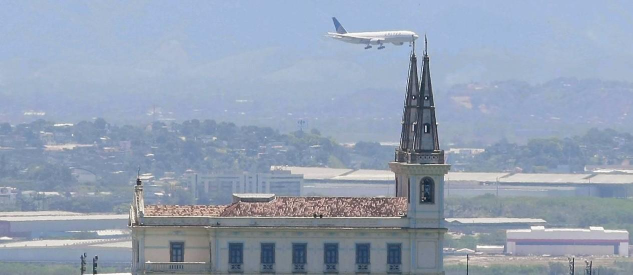 Avião parece tocar Igreja da Penha, no Rio. Ruído de aeronave relacionado à doenças cardiovasculares Foto: Fabiano Rocha