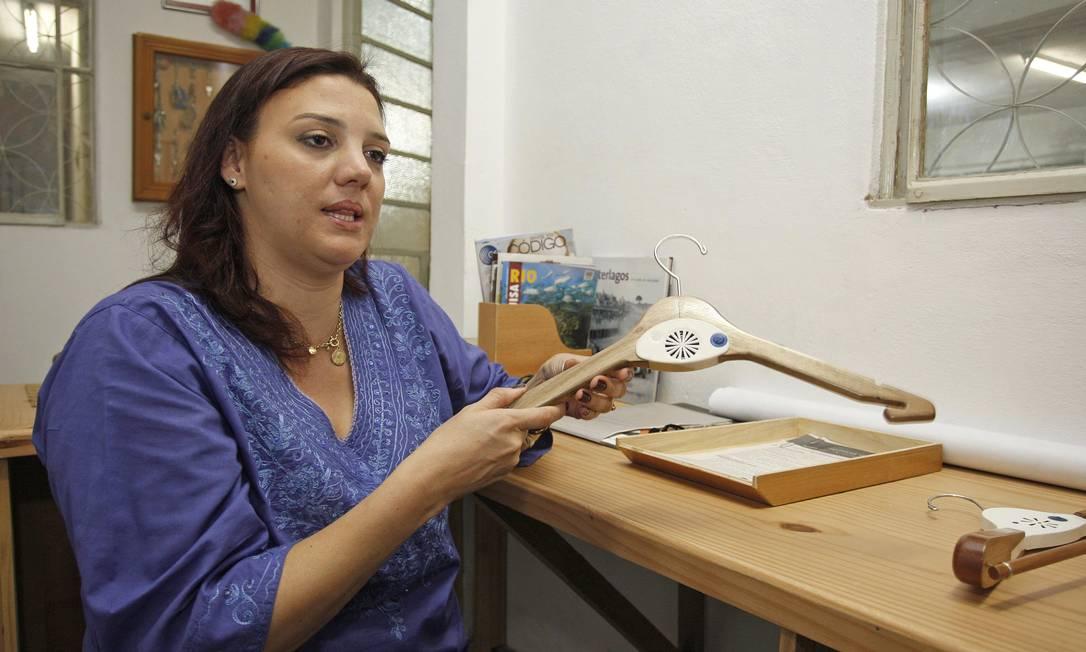 Adriana Sêmola, uma das inventoras do cabide para cegos mostra seu funcionamento Foto: Márcio Alves / Agência O Globo