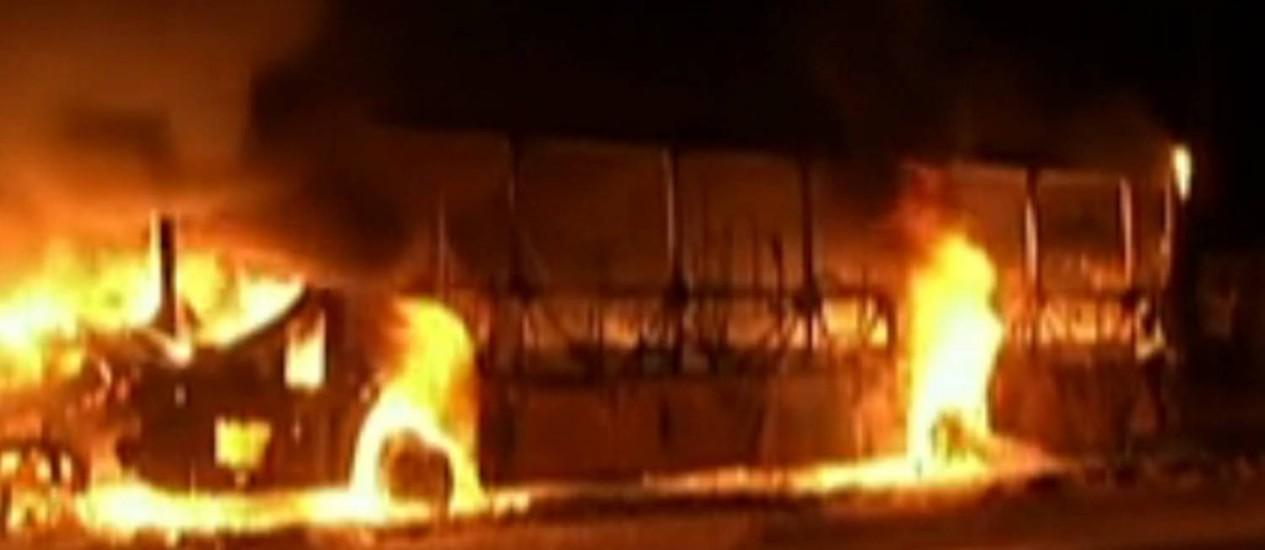 Em retaliação às mortes no presídio de Pedrinhas, facção criminosa teria incendiado ônibus na capital do Maranhão Foto: Reprodução / GloboNews