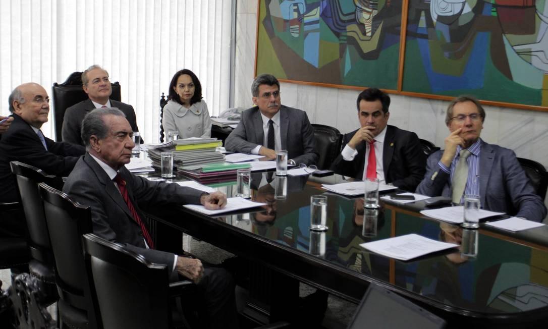 Renan Calheiros em reunião da Mesa do Senado para tratrar da decisão do TCU que determinou que o corte do pagamento de salários acima do teto constitucional Foto: Ailton de Freitas / O Globo