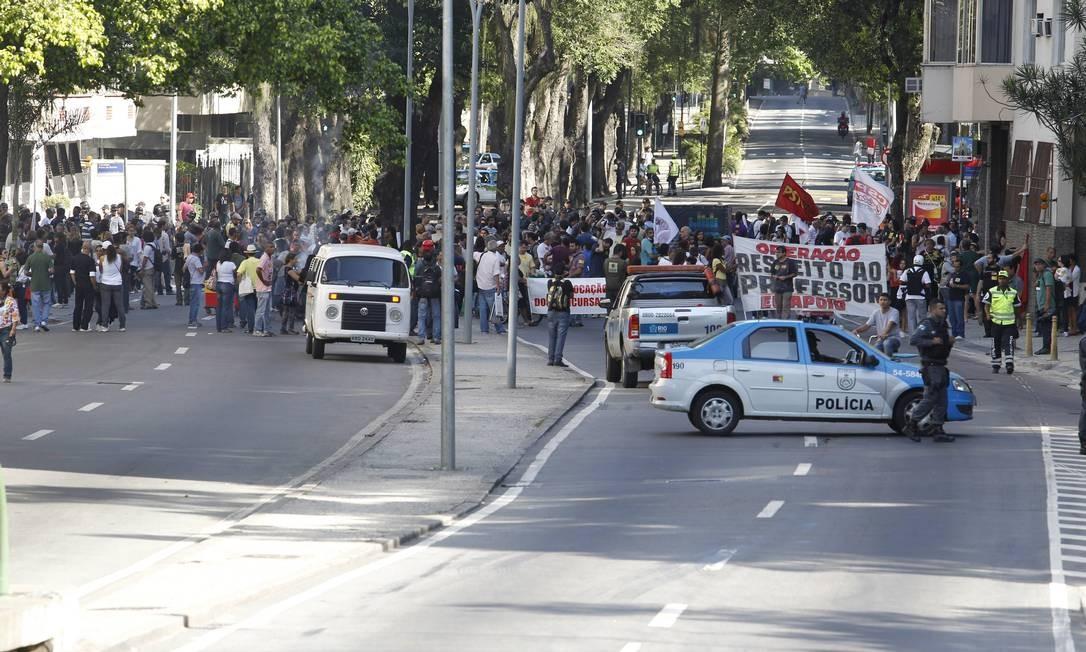 Passeata dos professores fecha Rua Pinheiro Machado Foto: Domingos Peixoto / Agência O Globo