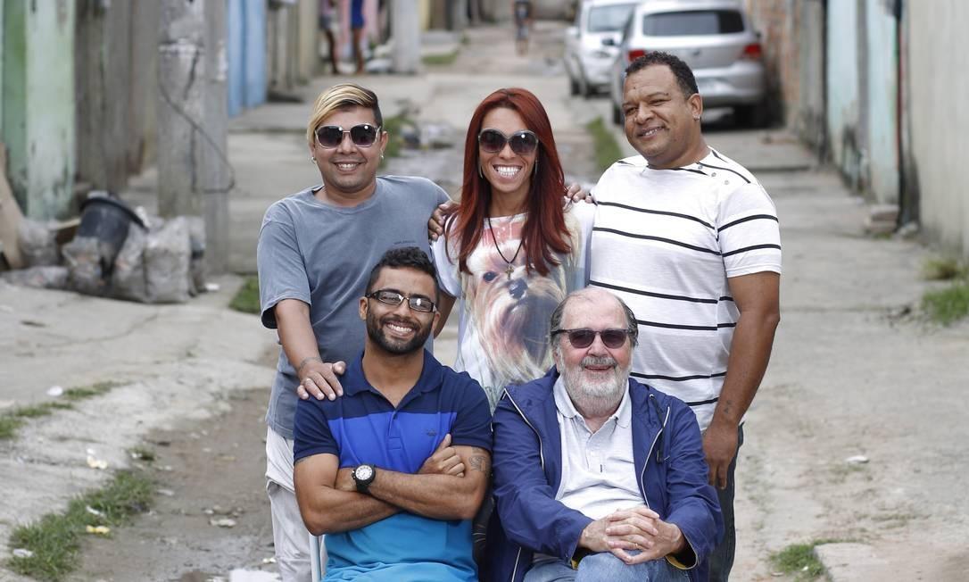 Os gays da favela. Flávio Ruivo, Martinha e Guinha (em pé) dividem suas histórias de vida no filme de Rodrigo Felha e Cacá Diegues Foto: Paula Giolito / Paula Giolito