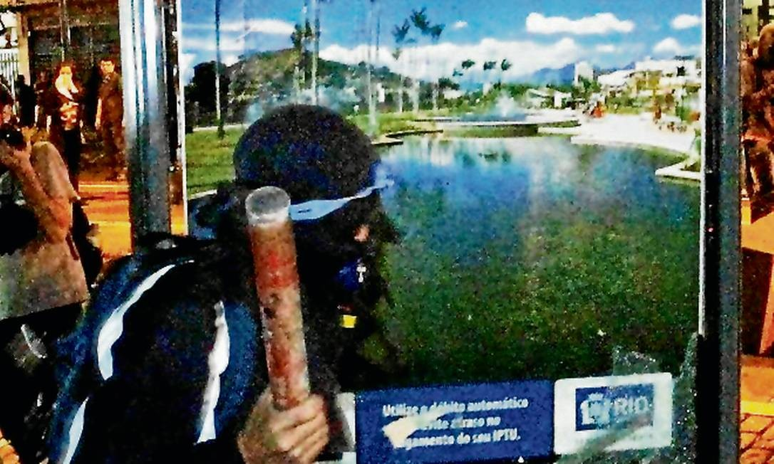 Vândalo ataca placa durante protesto no Leblon - Foto: Marcelo Piu / Agência O Globo