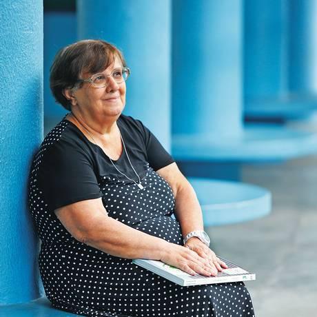 """Firmeza.<252,1>Ângela no pátio <252,1>da escola: """"Se todo político se lembrasse de seus professores, não estaríamos tão desvalorizados"""" Foto: DANIELA DACORSO"""