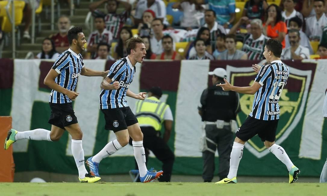 Jogadores do Grêmio comemoram o gol de Bressan no Maracanã Foto: Alexandre Cassiano / Agência O Globo