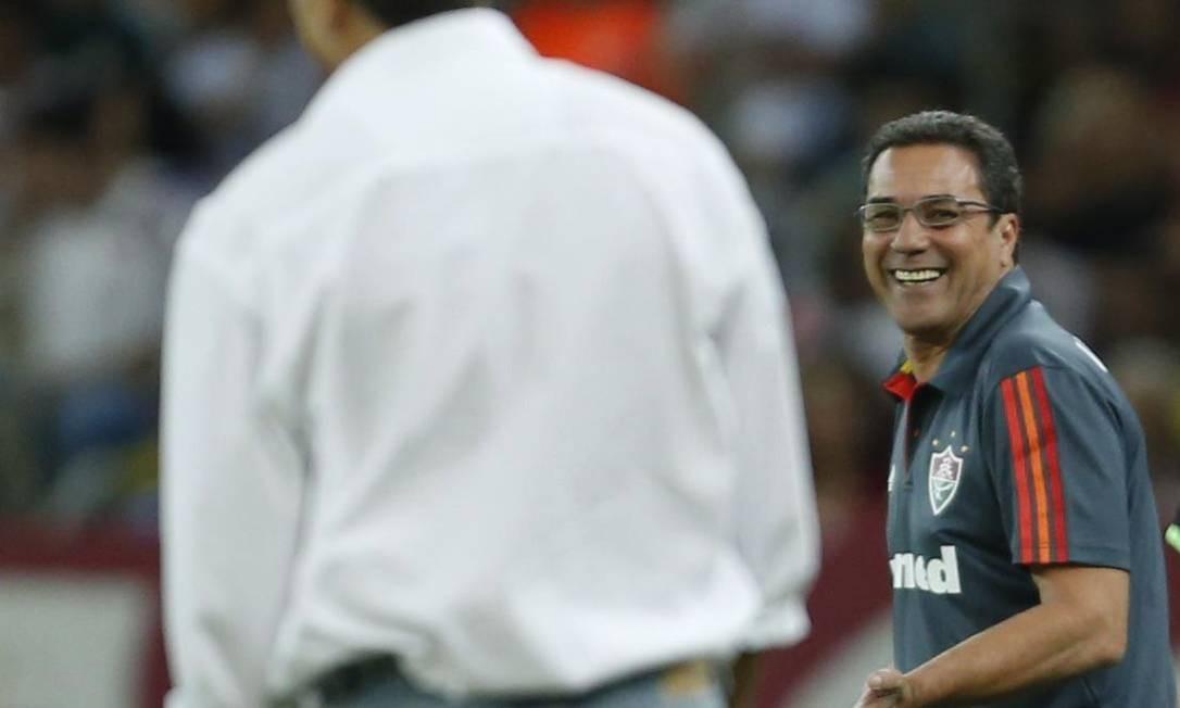 O técnico Vanderlei Luxemburgo sorri para o colega Renato Gaúcho, do Grêmio, à beira do gramado Foto: Alexandre Cassiano / Agência O Globo