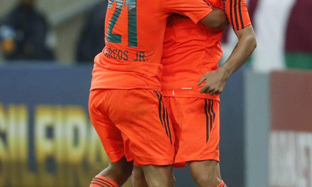 Rafael Sóbis recebe o abraço de Marcos Júnior após marcar o gol de empate do Fluminense com o Grêmio, aos 45 minutos do segundo tempo Foto: Alexandre Cassiano / Agência O Globo