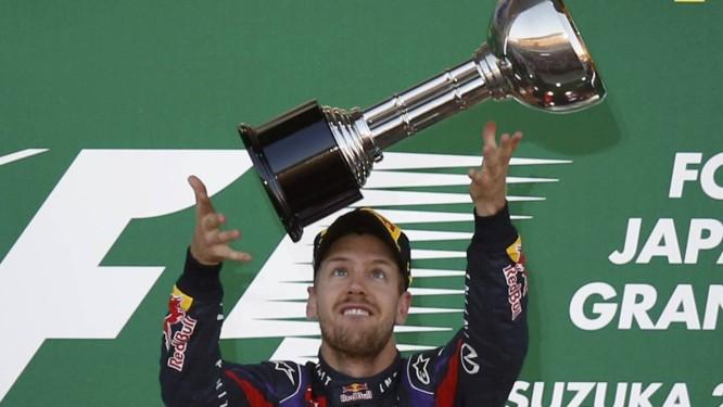 Sebastian Vettel ergue o troféu pela vitória no GP do Japão, em Suzuka, que o deixou muito perto da conquista do tetracampenato da Fórmula-1 Foto: TORU HANAI / REUTERS