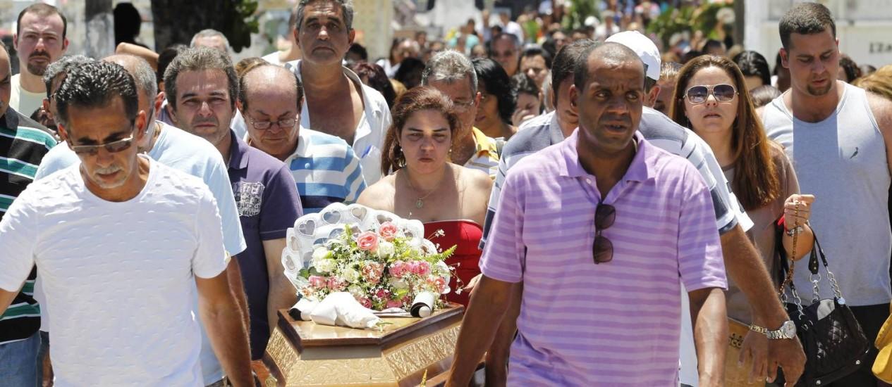 Parentes e amigos enterram Pâmela Belarmino nesse domingo Foto: Fábio Guimarães - Extra / Agência O Globo