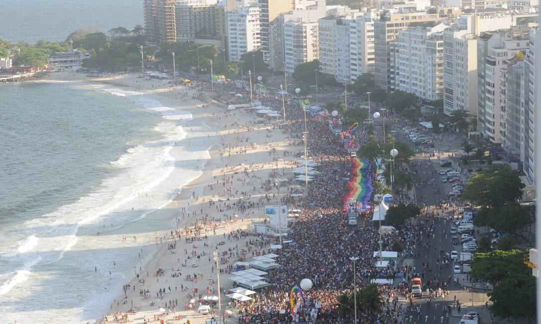 A Parada do Orgulho LGBT colore a Avenida Atlântica, em Copacabana, em 2013 Foto: Fabio Rossi / Agência O Globo