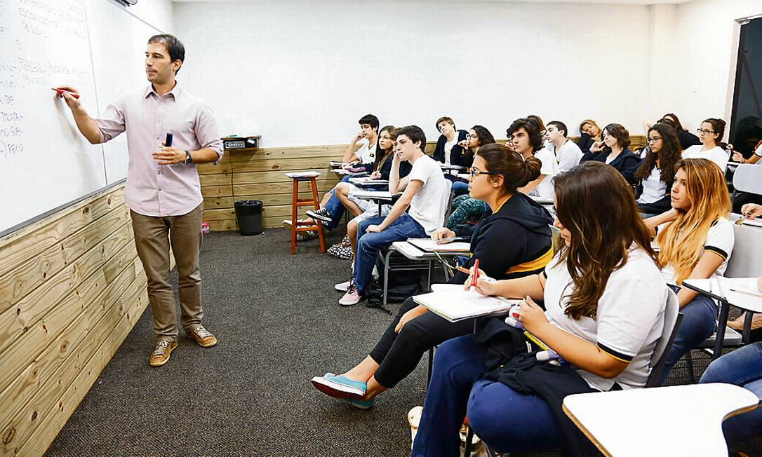 Em sala. Professor orienta alunos sobre a redação do exame do MEC no colégio e curso _A_Z Foto: Camilla Maia / Agência O Globo