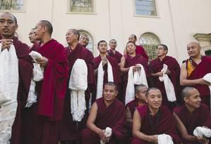 Budistas esperam para encontro com Dalai Lama durante sua visita à Universidade de Emory, em Atlanta, como parte do projeto entre de parceria entre a academia e os tibetanos Foto: DAVID WALTER BANKS / NYT