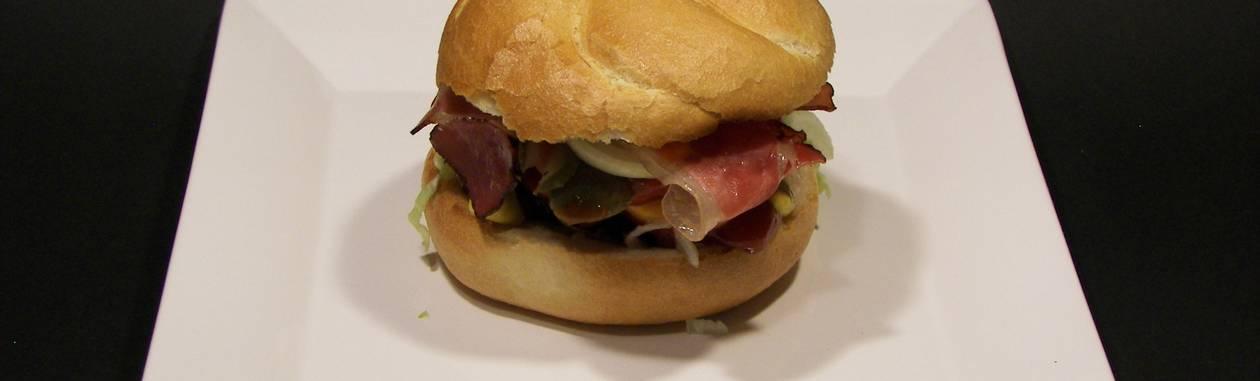 Hambúrguer e bacon: consumo de carne processada está associado à redução de espermas de qualidade, diz pesquisa Foto: StockPhoto