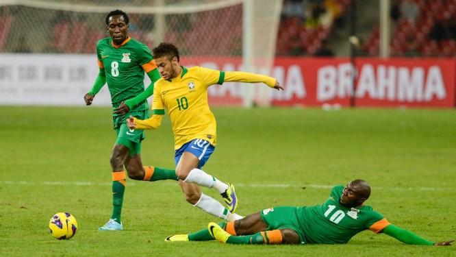 Neymar passa por um marcador na vitória do Brasil sobre Zâmbia Foto   Vincent Wei  fadb61e68ce18