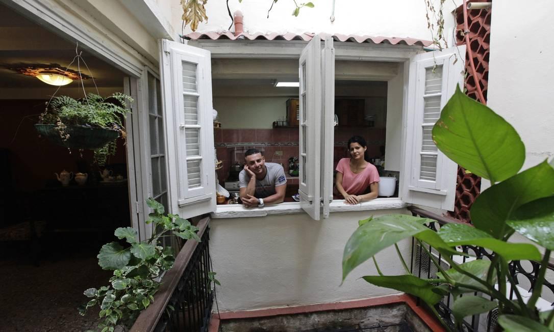 Damarys e Yors, donos do bed & breakfast Compostela, posam na cozinha do estabelecimento Foto: DESMOND BOYLAN / REUTERS